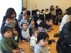 歌のお兄さんとお姉さんに、すぐ近くの集会室で楽しいお歌をたくさん歌っていただきました。
